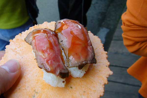 えびせんの上に、飛騨牛にぎり寿司