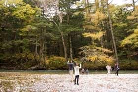 梓川の川岸に下りて紅葉の写真を撮る