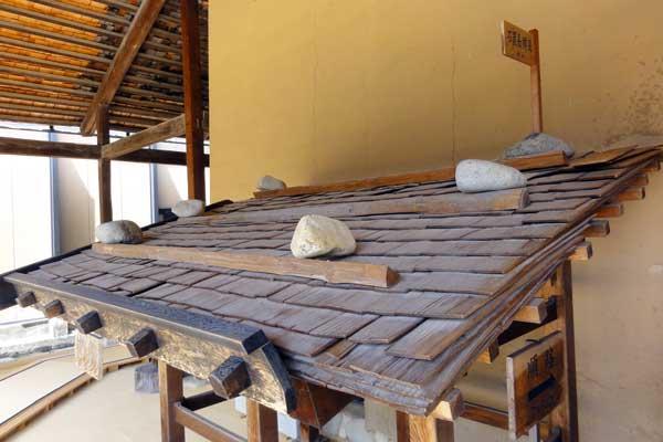 高山陣屋の屋根は、すべて木を割った板で葺いた板葺き屋根