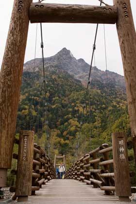木の吊橋の明神橋、奥に見えるのは明神岳