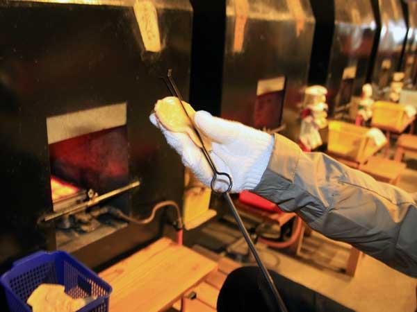 金属性のはしにせんべいを挟んで電気炉の中に入れて焼きます。