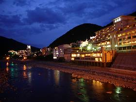 下呂温泉の夕方の風景