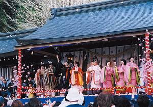 飛騨生きびな祭:祭の最後に行われる一之宮神社行われる餅まきには、多くの人で賑わいます。