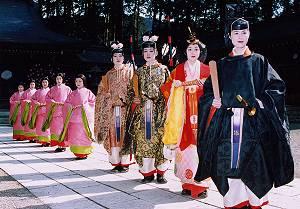 飛騨一円より選ばれた未婚の女性9人が内裏や后、官女など生きびな様に扮し行列を行います