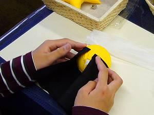 さるぼぼの作り方 頭に黒い頭巾をノリでくっつけます