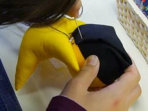 さるぼぼの作り方 胴体に頭を糸でくっつけます